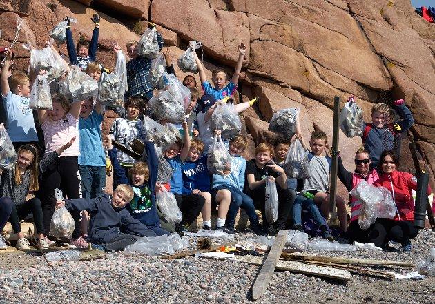 Mye søppel: Her viser elevene frem noe a det de har plukket.