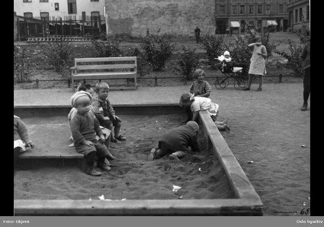 SAND: Barn likte sandkasse i 1925 også. Her fra en barnehage på Sagene i Oslo. Foto: Ukjent / Oslo byarkiv  FOTO: Ukjent / Oslo byarkiv