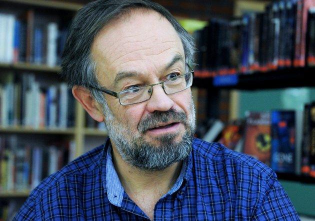Magne Aasbrenn får sitt navn feilskrevet av Rolf Aalberg som mener nynorskforkjemperen Aasbrenn ikke gjør seg fortjent til å skrive «Aa».