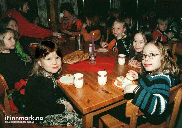 90-TALLET: - I dag har vi det morsomt, sier Ine Beate Larsen (t.v.) og Marlene Larsen Gaino i 3a ved Kautokeino barneskole, i forbindelse med 40-årsdagen til Kautokeino barneskole og internat.