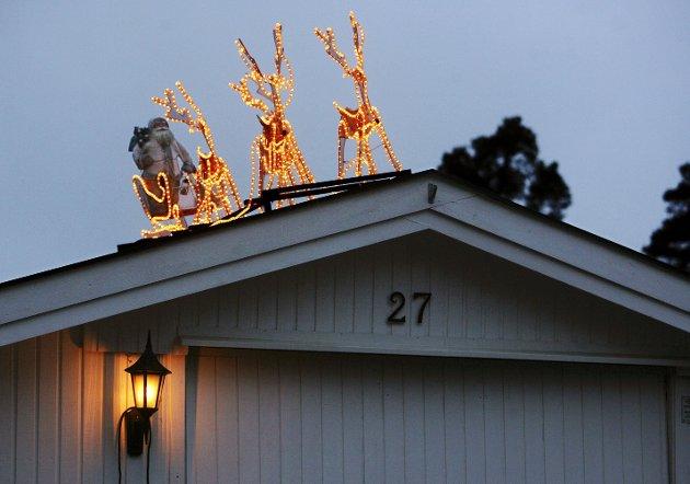 JULEHØYTID: Mange julepynter husene sine som vanlig som på dette bildet fra noen år tilbake, men alle føler vi jo på at det blir en annerledes jul i år. foto: terje holm
