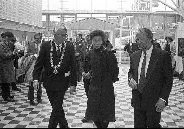 PRINSESSEBESØK: Prinsesse Anne sørget for en celeber åpning av Medisin- og helsebygget i 1991. Her sammen med rektor Ole D. Mjøs og universitetsdirektør Harald Overvaag.