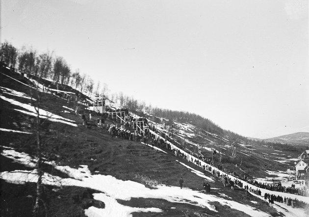 Hopprenn i Doktordalen i Tromsø. Det ksanb virke som om deet gårt mot vår etter snøforholdene å dømme.