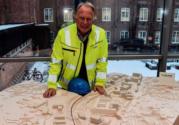 NY BYDEL: Terje Solheim i Mustad Næringspark AS står her ved modellen av masterplanen som viser hvordan Mustad skal utvikles til en ny bydel i Gjøvik med 90.000 kvadratmeter ny bygningsmasse for læring, næring og studentboliger.