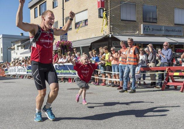 Ringeriksmaraton 2015: Målgang på Jevnaker.