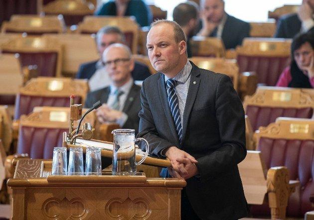 Ole André Myhrvold, stortingsrepresentant for Østfold Senterparti, roper et varsku for tingretten og jordskifteretten i Sarpsborg. (Foto: Vidar Ruud, NTB)