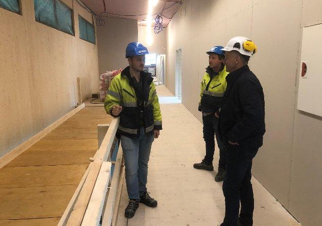 Prosjekteringsleder Jørn Sindre Flyum og prosjektleder Svein Inge Kvande fra Consto Surnadal, og Olav Rønning fra Surnadal kommune på befaring på nye Surnadal barne- og ungdomsskule.