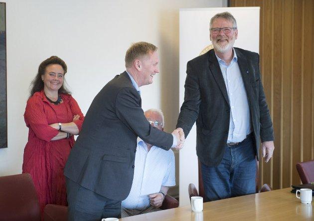 Byrådsleiar i Bergen, Harald Schjelderup, lovar regionrådsleiar i Nordhordland, Karstein Totland, at Nordhordlandtunnelen skal prioriterast først av samferdsleprosjekta i Bergen.