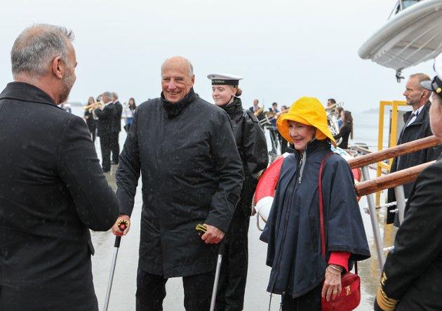 VISITT: Kong Harald og dronning Sonja med godt humør i møte med ordførar Ola Teigen på Fugleskjærskaia  i Florø.