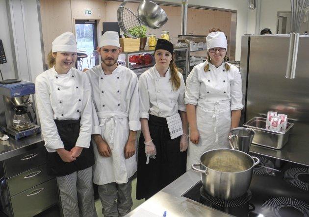 Stort kjøkken: Elevene i restaurant- og matfag har fått et moderne kjøkken. Fra venstre Sarah, André, Anett og Thea.