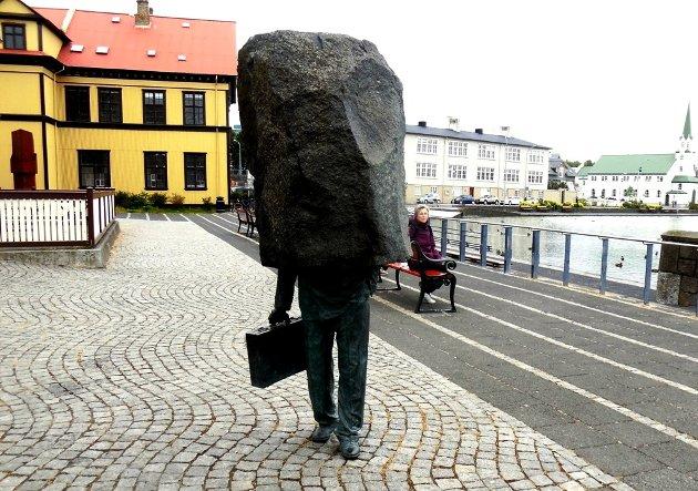 """En statue av """"små grå menn med dokumentmapper""""."""