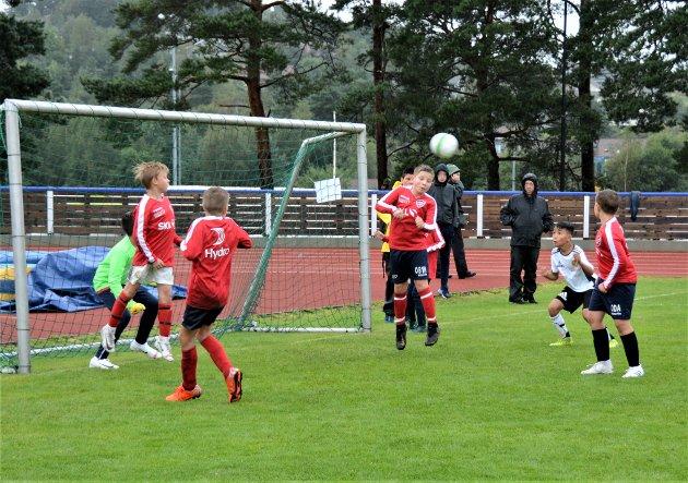 Laurdag sparka Rema 1000 Husnes Cup i gang. Dette er 19. året at cupen blir arrangert på Husnes, og i år var 56 lag og nærmare 600 spelarar i sving på fotballbanane. Her ser du Trio Gutar10-1 (i raudt) spela mot Rosendal Gutar10.