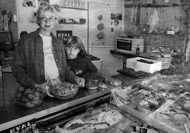 Anita Gylseth opplevde sammen med datteren Mia Constanse Gylseth gode tider i Sjømatbua på Sakrisøy.  - Spesielt  hvalkjøtt er populært, sa hun.  Med et stort utvalg av havets delikatesser hadde Sjømatbua på Sakrisøy etablert seg som en sikker sommerslager.
