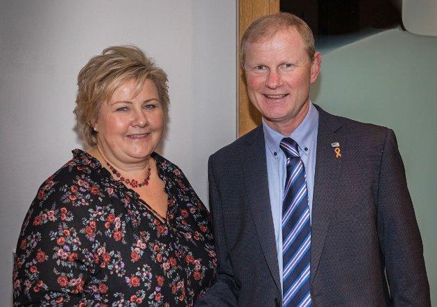 Erna Solberg, statsminister og Erlend Larsen, stortingsrepresentant for Høyre