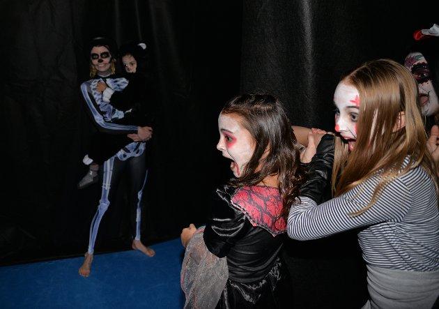 - Jeg er for ung til å dø! skriker Ieva Slauskyte (t.h.) midt i karateklubbens labyrint.