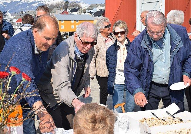 Tre «nestorer» på Hemnesberget ved kakebordet. F.v.: Asbjørn Solhaug, Eilert Præsteng og Ørnulf Skjæran.