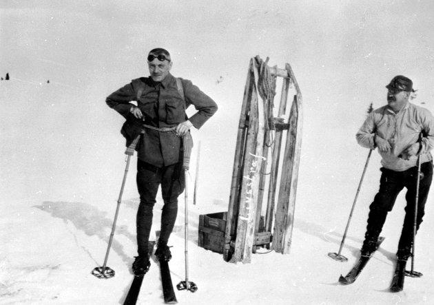 MED KJELKE: To skiløpere på Nysætra fotografert påsken 1929. Den ene er kun navngitt med etternavn, Grinaker, og den andre skal være Ludvig Nielsen. Kjelka på bildet skal forøvrig ha båret navnet «Livstraff.»