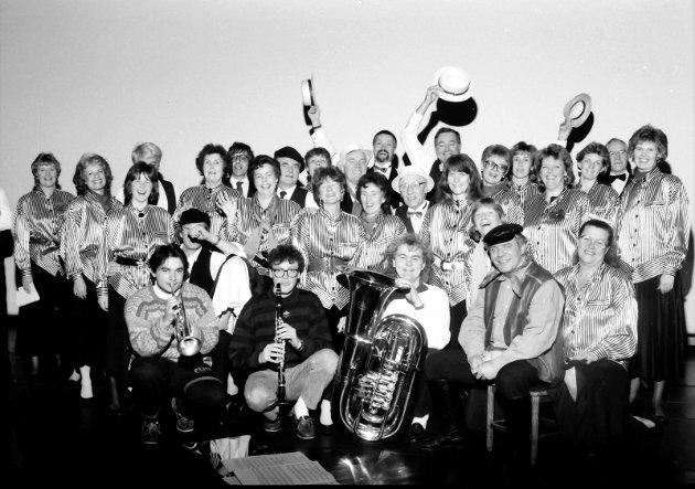 """30. januar 1989:  Hjertnes Operakor  Koret øver til Dixirette"""" på Park Caféteater.  På bildet ses Operakoret sammen med noen av medlemmene i Røshnes.  Foran fra venstre sitter Geir Ellefsen, Knut Rømo, Hans Magne Enge Hansen, Ivar Solbakken og Ingegerd Kemkers."""