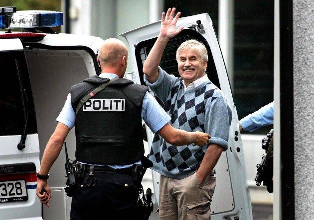 Tore Tvedt avbildet da han ved en annen situasjon blir satt inn i politibil i Larvik. Foto: Dag G. Nordsveen