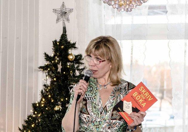 Siw Christensen hadde slippfest for den nye boka «Skriv den boka» på Ås stasjon på søndag.