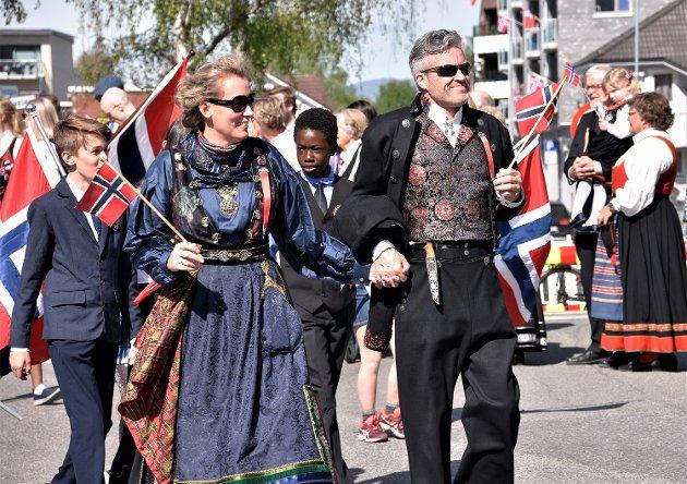 ÆREFULLT OPPDRAG: For kjæresteparet Aina Henninen og Jan Frode Pettersen, helt i front gjennom hele 17. maitoget i Mjøndalens gater.
