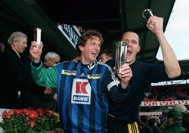 Stabæks Petter Belsvik og keeper Frode Olsen jubler med Kongepokalen etter den historiske finaleseier over Rosenborg.