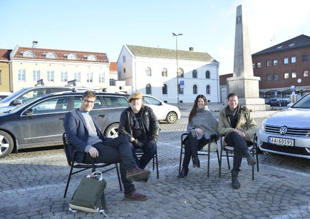 BORT MED BILENE: Espen Holtan (f.v.), Tom Skjeklesæther, Alice Snorradottir og Gjermund Wibe drømmer om et bilfritt torg. – Tenk så flott med uteservering her, sier de. Foto: Anja Lillerud