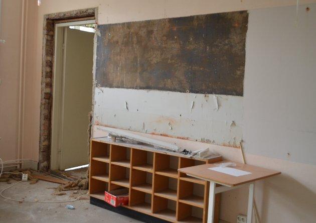 Ett av mange klasserom ved Os skole som skal totalrenoveres.