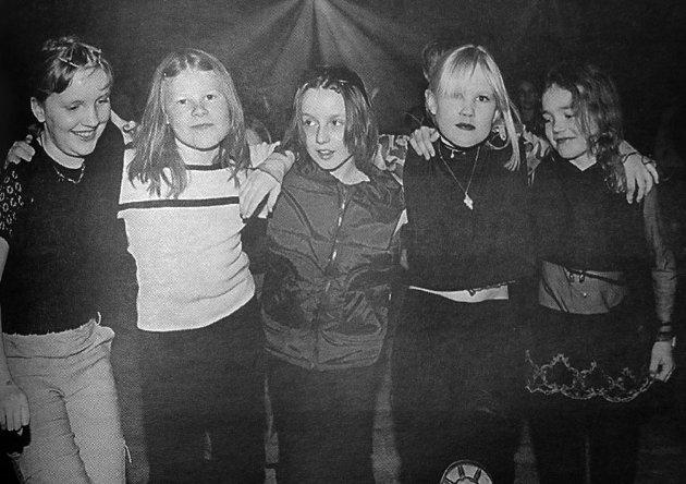 Hanne E. Pettersen, Trude S. Pedersen, Charlotte Solem, Amanda K. Votvik og Kristine Einarsen var også  på diskotek på Gravdal.  De syns musikken var super og det var artig å danse.
