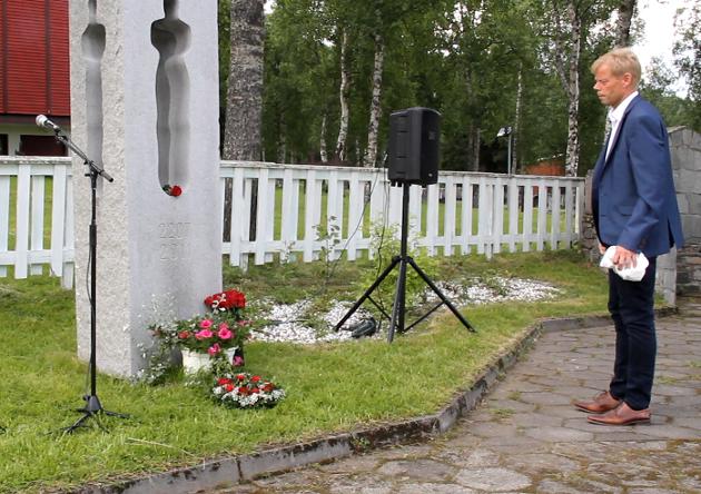 Leder i Salangen Arbeiderparti, Sveinung Nyvoll la ned røde roser på 22.juli-minnesmerket.