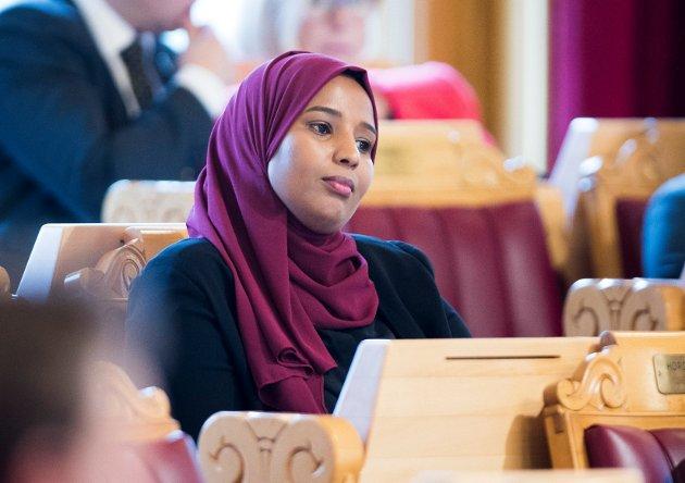 UNDERTRYKKENDE: Marian Hussein er den første norsk-somalieren som har talt fra Stortingets talerstol.  Mandag ble hun nominert på en sikker annenplass på Oslo SVs liste til neste års stortingsvalg. Her fra trontaledebatten i fjor.
