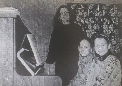 Rektor Bente Narverud ved Sande kommunale musikkskole  sammen med pianoelevene Anette Melby og Anne Kristin Rosnes. Skolen startet i 1986 og var en forløper til Kulturskolen.