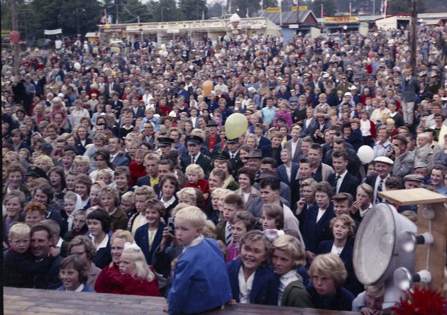ET FOLKEHAV: Folk står tett som sild i tønne på plassen foran scenen. Vi er usikre både på hvem som står på scenen og hvilket år bildet er tatt, men trolig er det en gang på 1960-tallet eller tidlig på 70-tallet. Én ting er sikkert: Det dreier seg nok om kjente artister. Kanskje noen finner seg selv på bildet?