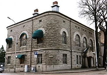 Denne monumentale granittfasaden har preget krysset Nygaardsgaten/Vibes gate i Fredrikstad i 100 år.