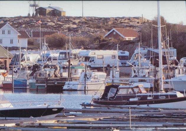 Bobilene har igjen inntatt Vikerhavn i stort antall. Bildet er tatt torsdag 1. april. I år kom den første bobilen i februar, og siden har de fylt godt opp i havna. (Innlegget ble først publisert med et annet bilde. Red.)