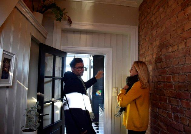 MOT KJØKKENET: Den lille døråpningen, i den store, sto her da Henrik kjøpte huset. Den røffe teglveggen kom fram da paret strippet veggen.