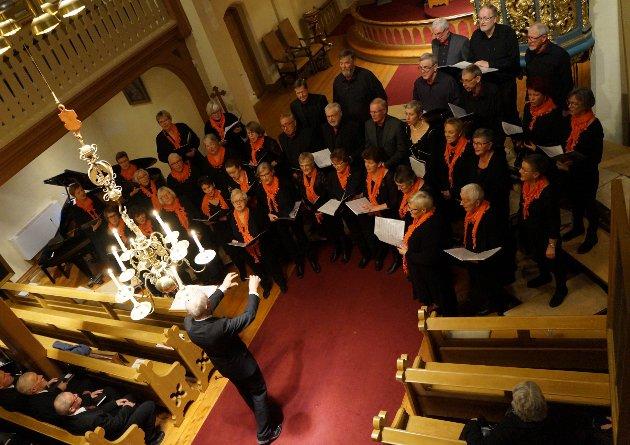 KOR I AKSJON: To gode og erfarne kor ga en nesten fullsatt kjørke en fin og stemningsfull jubileumskonsert til ære for 150-årsjubilanten på Tingelstad.