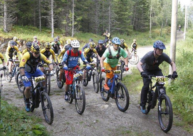 Mosjøen og Omegn Cycleklubb arrangerer to ritt i helga. Mosjøen Sti er et  terrengrit på 23,5 km i Mosåsen. Her er startfeltet i den lengste løypa. Søndag skal det sykles på Vestersida i Mosjøen Grus. Løyper på 34 km og 57 km. Bilder: Per Vikan