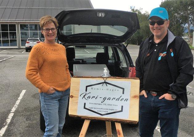 Her ser du Inger Norunn Hamre og Kurt B. Hagen frå Kari-garden i Etne då dei leverte varer gjennom Reko-ringen i Kvinnherad sist onsdag.