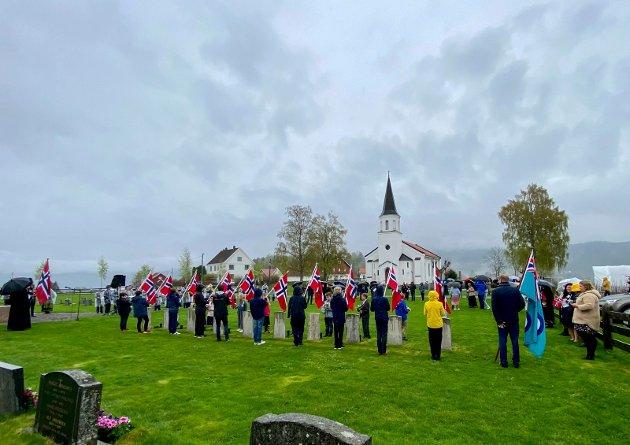 Mørke skyer: Duskregnet startet lenge før trakotrotoget gikk klokka 10, da seremonien utenfor Sylling kirke fant sted to timer seinere var det både vått og surt - men stemningsfullt.