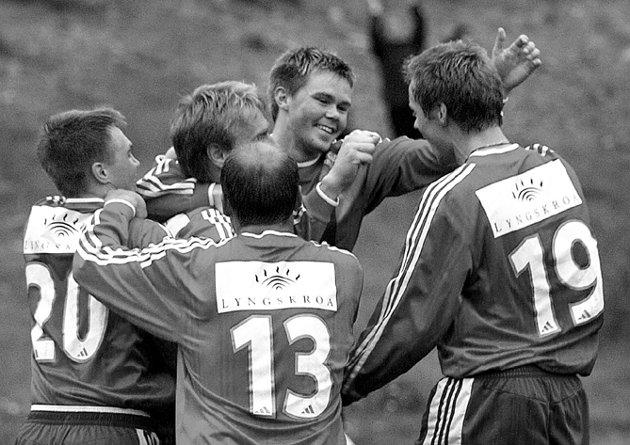 JUBEL2: Rune Lillevik (nr to fra venstre) hylles etter scoring i den samme kampen, som L/K vant 5-4 mot Salangen.