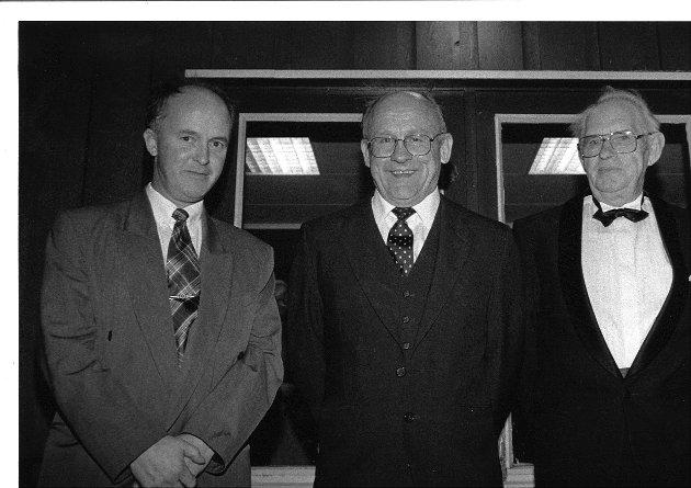 John R. Watvedt, Gunnar Andersen og Vagn Stenvard feirer Rakkestad bridgeklubbs 50-års jubileum.