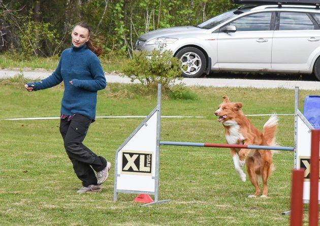 Sandra Tortenvik i fint driv med sin hund.