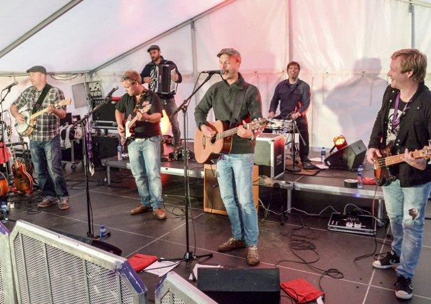 LOKALT: Rusty Roots band med medlemmer fra vestmarregionen skapte stemning.