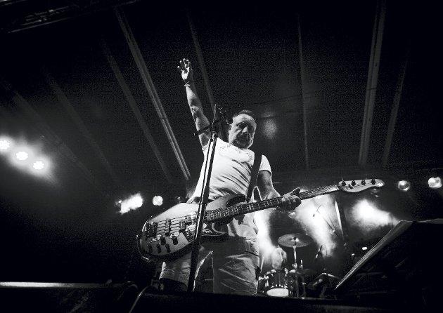 På topp: Med gruppen The Light avsluttet Peter Hook fredag med stil og med Joy Division-klassikere som «transmission» og «Love will tear us a part».foto: alexander svanvberg