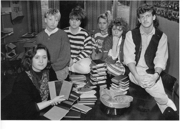 1990: Dette året sendte Kopervik-russen 14.000 kroner til Støttefondet mot AIDS. Her er russen representert ved (f.v.) Belinda Klovning, Aslaug Dovøy, Laila Johannessen, Karin Nordnes, Nina Olsen og russepresident Ronny Iversen.