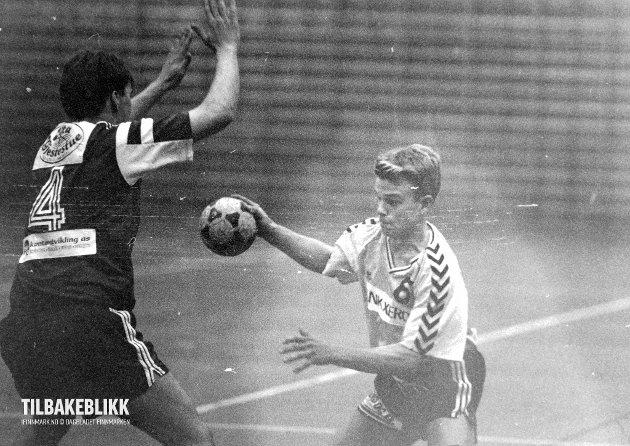 VADSØ TURN: Ari Antilla fra Vadsø Turn (nr. 6) mot BULs Frode Renquist. 9. oktober 1993.