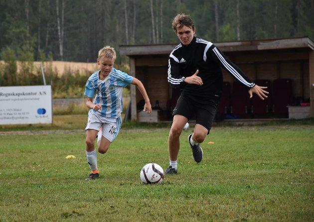 FULL INNSATS: Ti år gamle Marius Fagersand Sletner fra Aurskog gir alt i duell med instruktør Even Berg Melby.