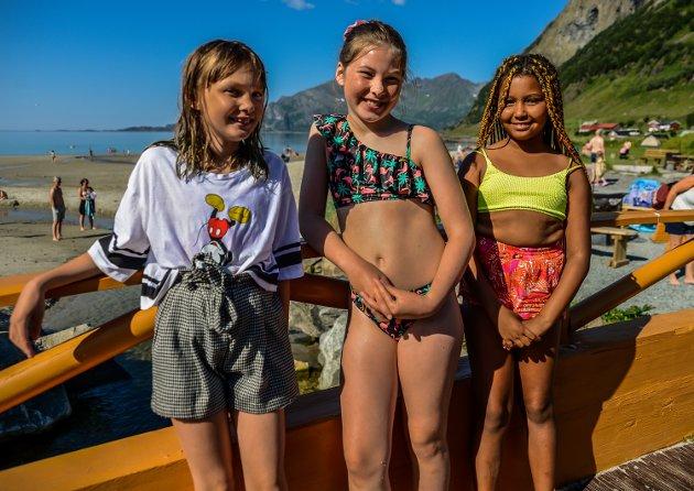 LIKER SEG: Lilly Børgesdatter Johnsen (10), Karoline Jessen (12) og Susanne Aisha Solvang (9) koser seg i varmen. - Dette er best. Jeg har vært på telttur her tidligere, sier Johnsen.