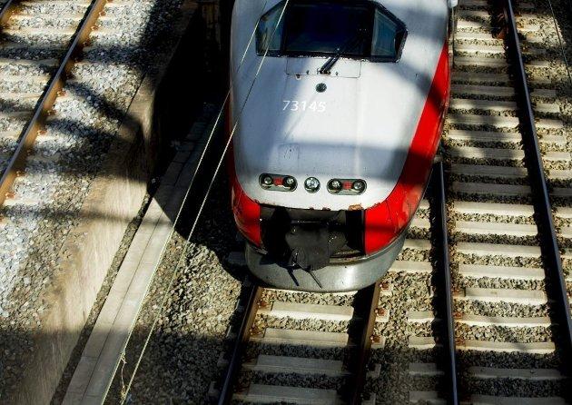 «Vi har kjempa for en moderne jernbane i fylket i flere tiår. De siste 20 årene har vi blitt lova utbygging. Nå er Høyreregjeringen i ferd med å begå et massivt svik mot Østfold», skriver stortingsrepresentant Freddy André Øvstegård (SV) fra Sarpsborg i dette innlegget. (Illustrasjonsfoto: Vegard Wivestad Grøtt, NTB)